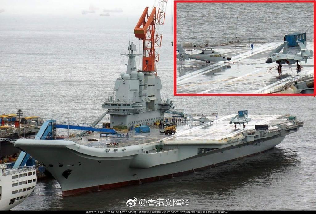 O novo porta-aviões chinês aparece nas fotos com modelos de aeronaves para treinamento das equipes de manobra do convés de voo