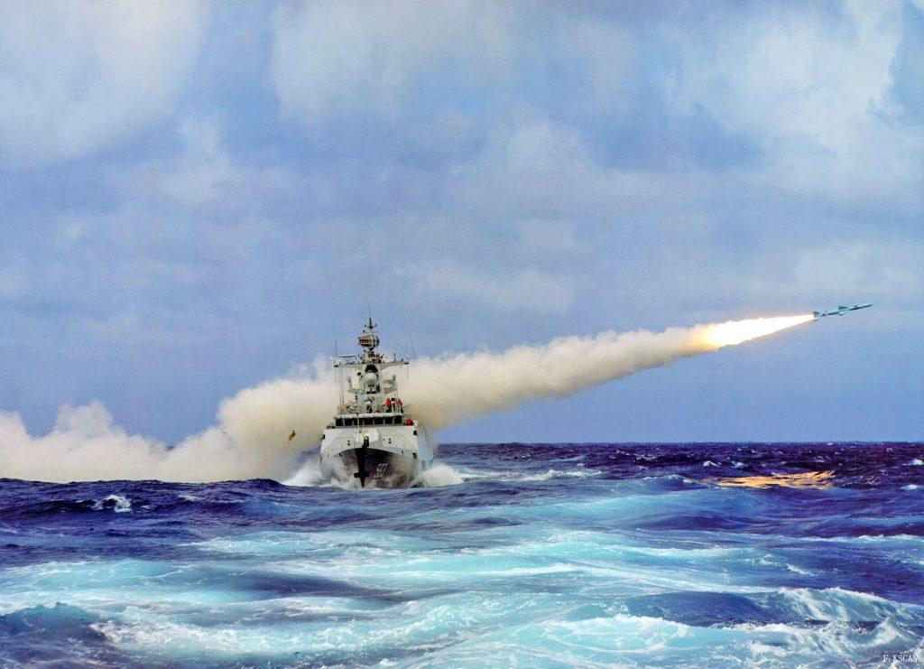 Type 056 lançando míssil antinavio YJ83