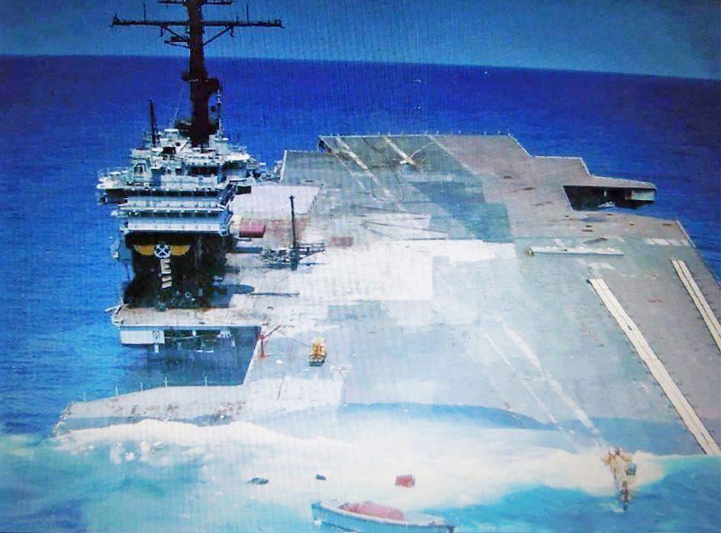 O ex-USS America afundando após ter recebido os impactos das explosões
