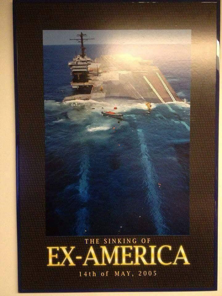 Quadro mostrando a imagem mais completa do ex-USS America afundando