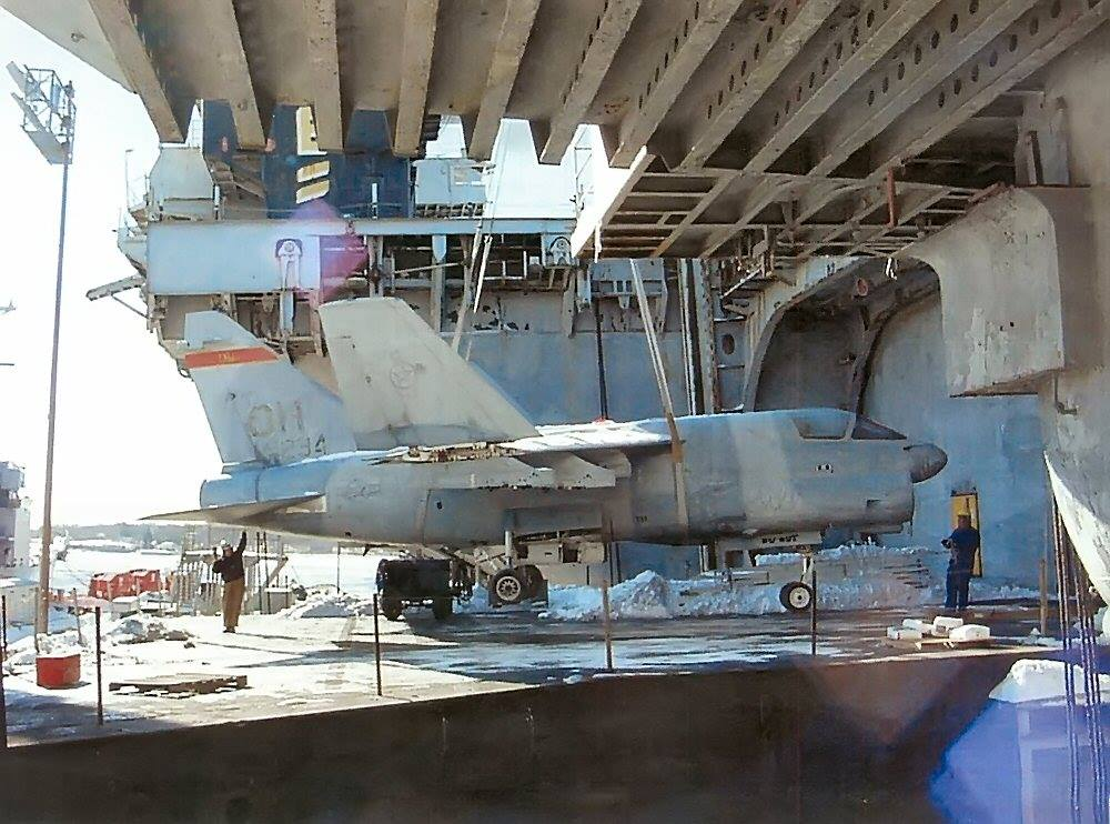 Jato A-7D no elevador do ex-USS America