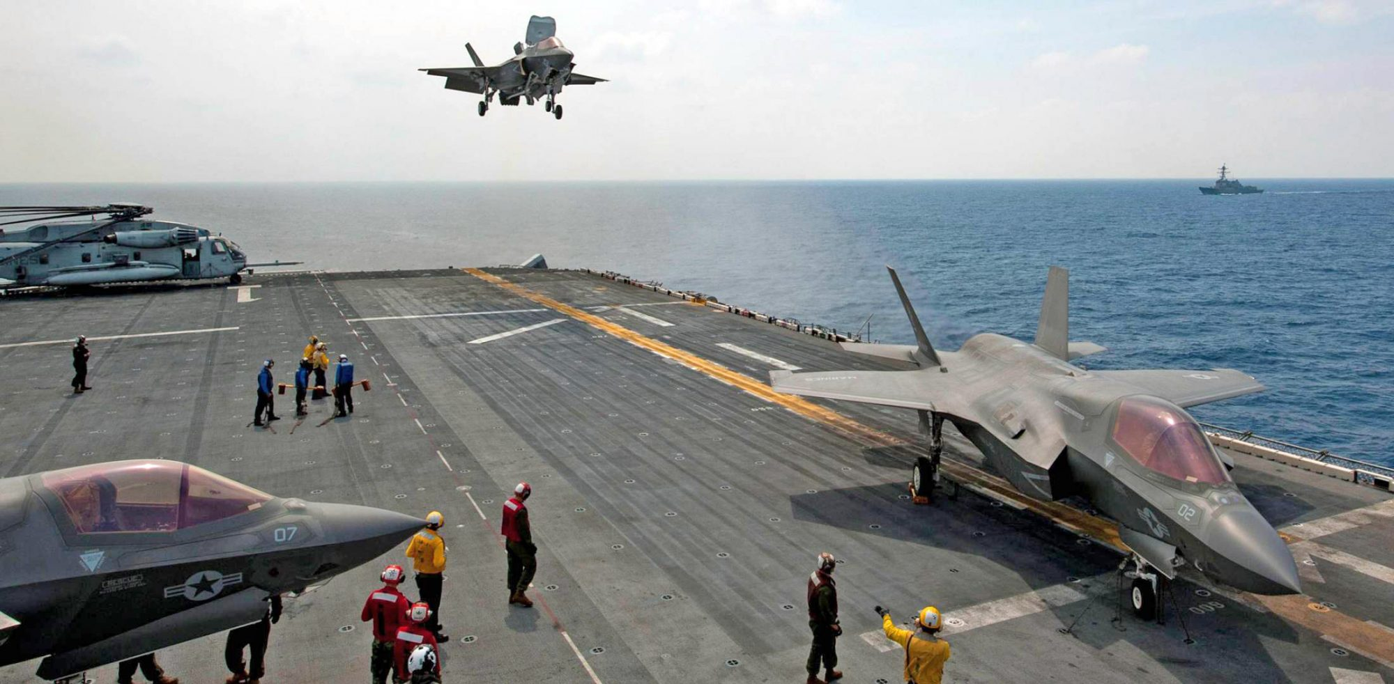 Caça F-35B do USMC pousando a bordo do USS Wasp (LHD-1)