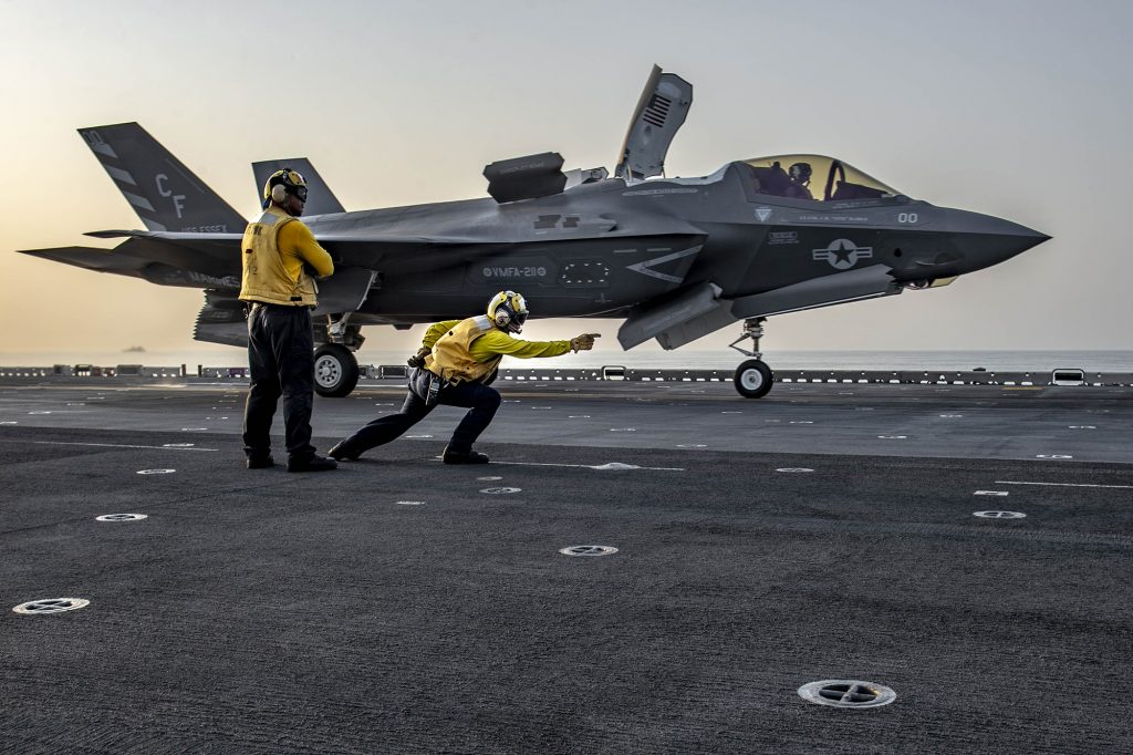 F-35B Lightning II decolando do USS Essex (LHD 2)