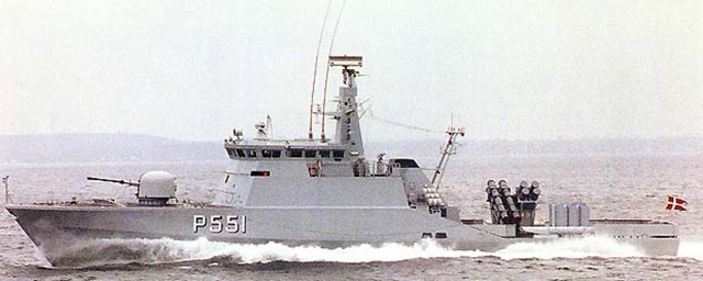 Flyvefisken na configuração de combate, com mísseis antinavio Harpoon e mísseis antiaéreos Sea Sparrow em lançadores VLS