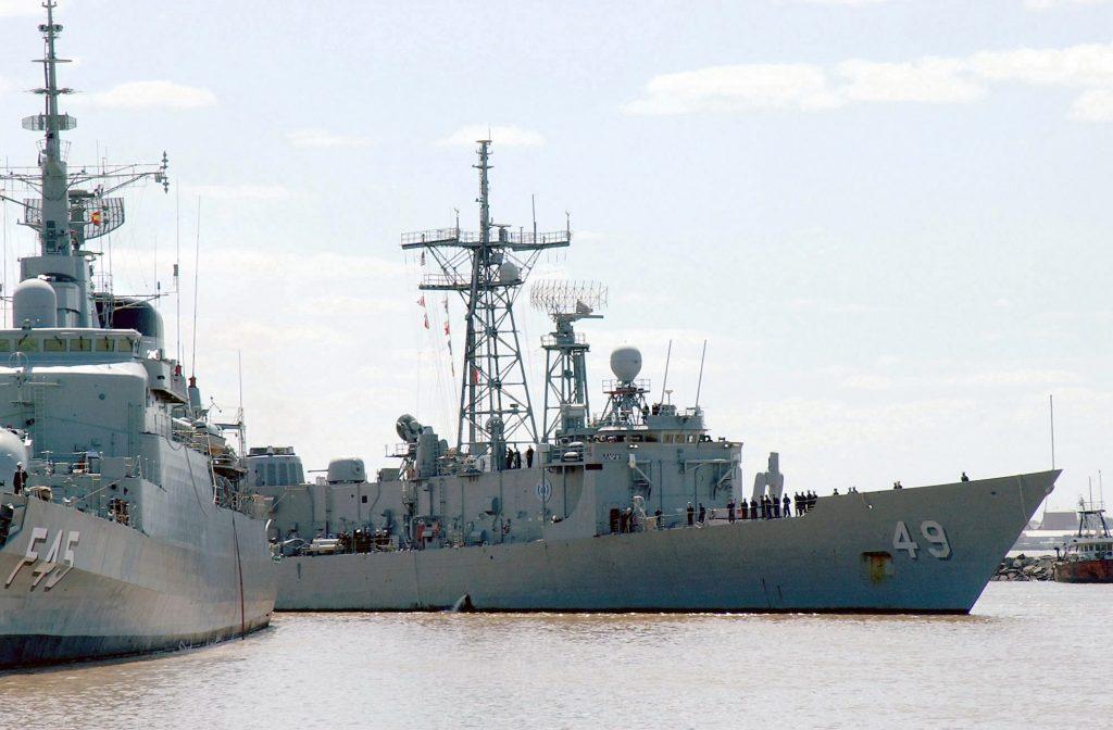 Fragata União - F 45 e fragata OHP Robert G. Bradley FFG 49 durante a Operação UNITAS XLII, em 2001