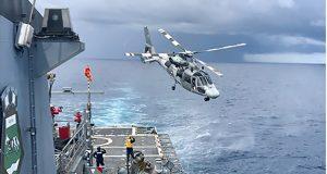 """Helicóptero """"Pantera"""" deixando o convés de voo do Navio Patrulha Oceânico """"Apa"""" após os diversos pousos a bordo"""