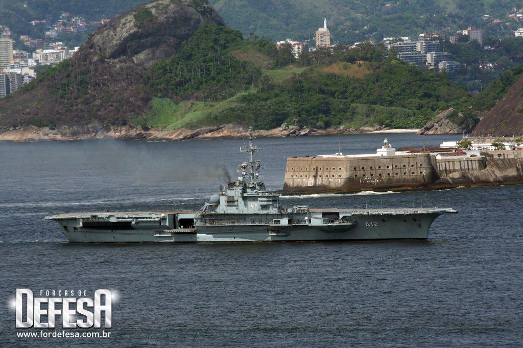 NAe São Paulo fotografado do alto do Forte do Leme, saindo para testes de mar em 2007
