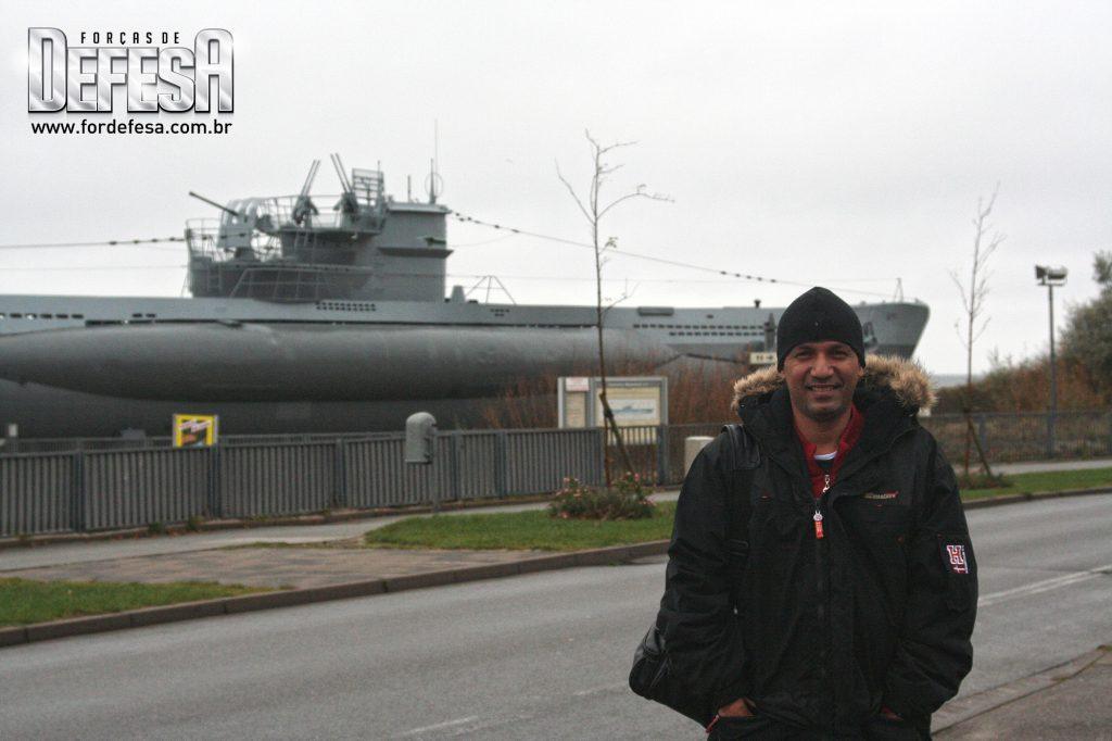 O editor Alexandre Galante na Alemanha com um U-boat Type VIIC ao fundo, em 2008