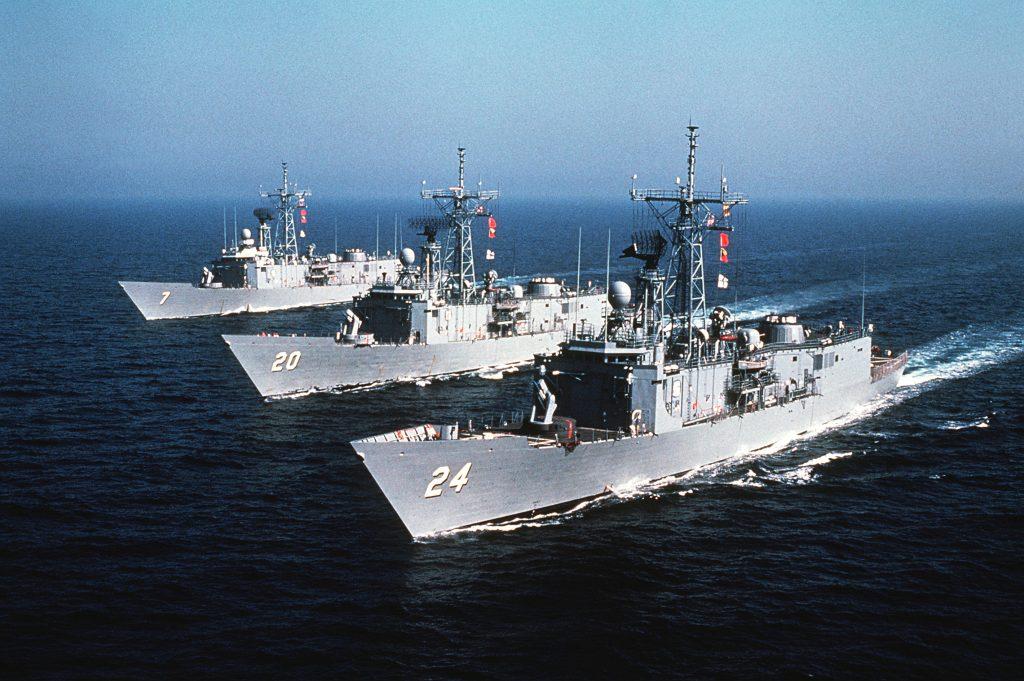 Fragatas Oliver Hazard Perry navegando em formatura em 1982