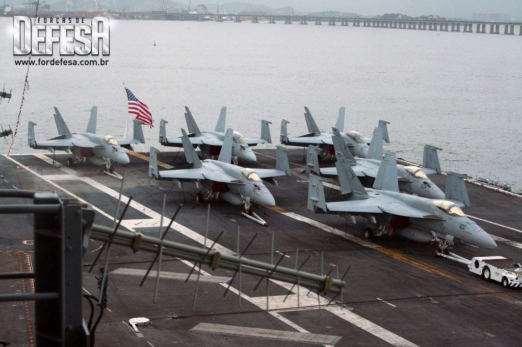 Porta-aviões USS Carl Vinson no Rio de Janeiro, em 2010
