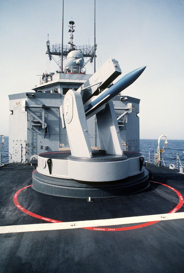 Um míssil SM-1 de teste conhecido como Blue Bird SM-1 no lançador Mark 13 da fragata USS Nicholas FFG-47