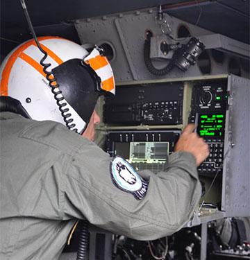 Militar do 1° Esquadrão de Helicópteros Antissubmarino analisa dados do ensaio