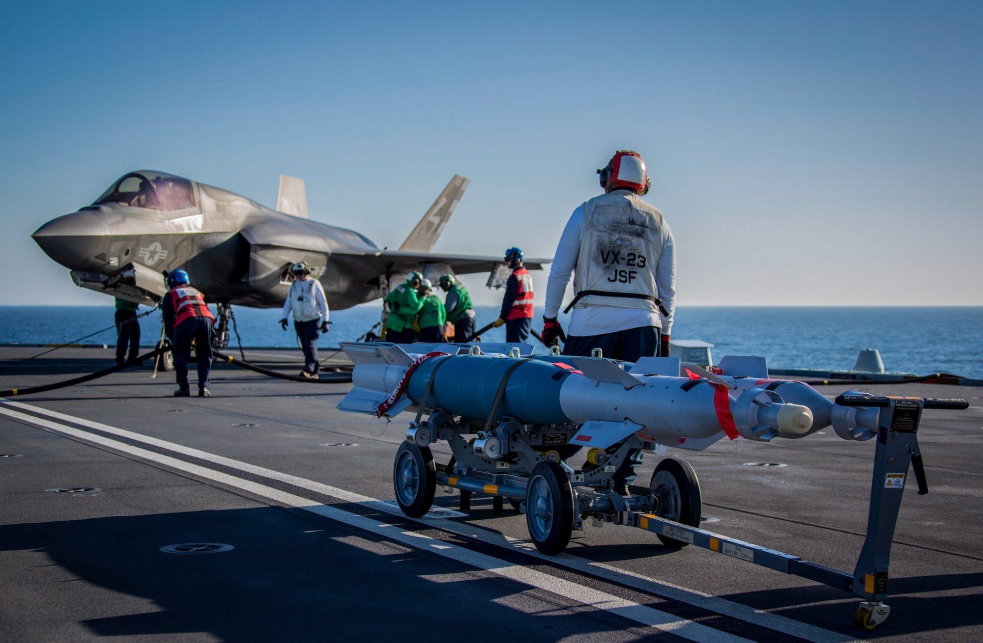 F-35B e bombas GBU-12 guiadas a laser