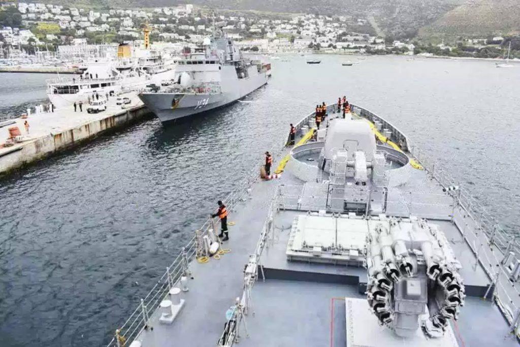 A proa da fragata Indiana Tarkash e ao fundo a corveta Barroso, da Marinha do Brasil