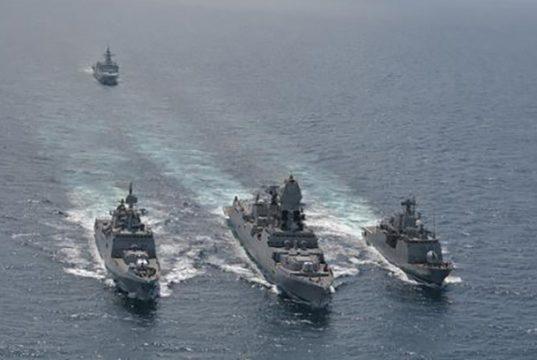 "Light-Line simultâneo entre a Corveta ""Barroso"", Destroyer ""Kolkata"" e Fragata ""Tarkashi"". Ao fundo, a Fragata ""Amatola"""