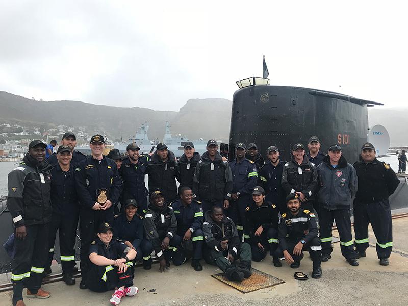 """Oficial submarinista da Marinha do Brasil com a tripulação do Submarino """"Mantathisi"""" na Base Naval de Simons Town – África do Sul"""