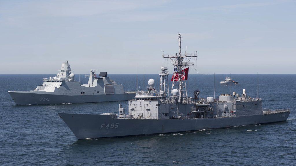 A fragata TCG Gediz (F495) da classe Gabya da Marinha Turca e a fragata HDMS Niels Joel (F363) da classe Iver Huitfeldt da Marinha Dinamarquesa