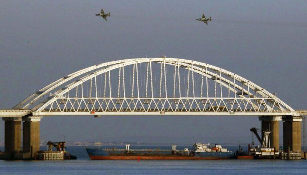 Avião de ataque Su-25 sobrevoam a ponte que liga a Crimeia e a Rússia