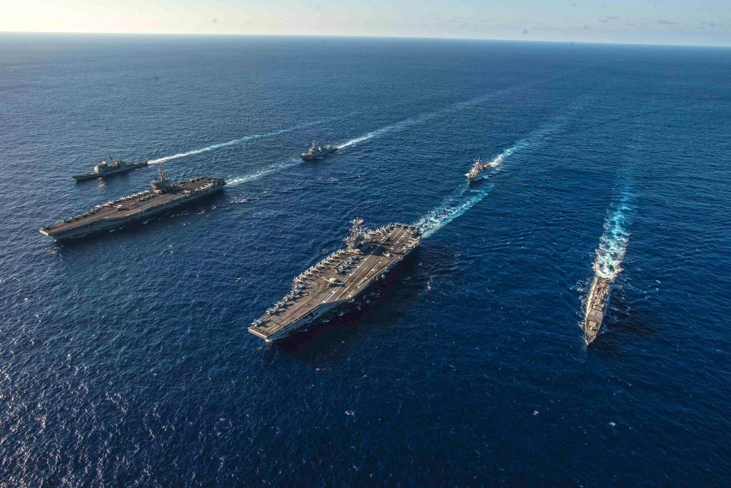 Navios do Ronald Reagan Carrier Strike Group e John C. Stennis Carrier Strike transitam no Mar das Filipinas no dia 16 de novembro. Foto: US Navy
