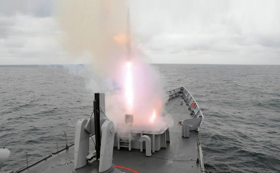 Fragata OHP turca lançando míssil ESSM de lançador Mk41