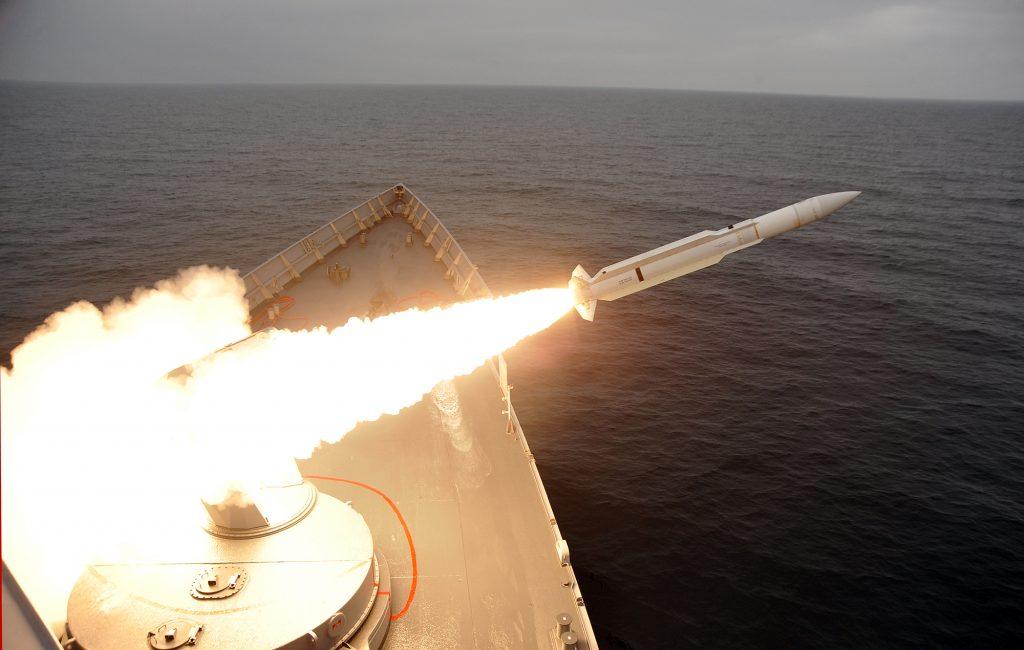 Fragata turca classe Gabya lançando míssil SM-1 RIM-66 Standard