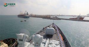 O destróier de mísseis guiados chineses Haikou, ligado à 27ª força-tarefa de escolta naval chinesa, chegando ao Porto de Djibouti em 6 de novembro de 2017