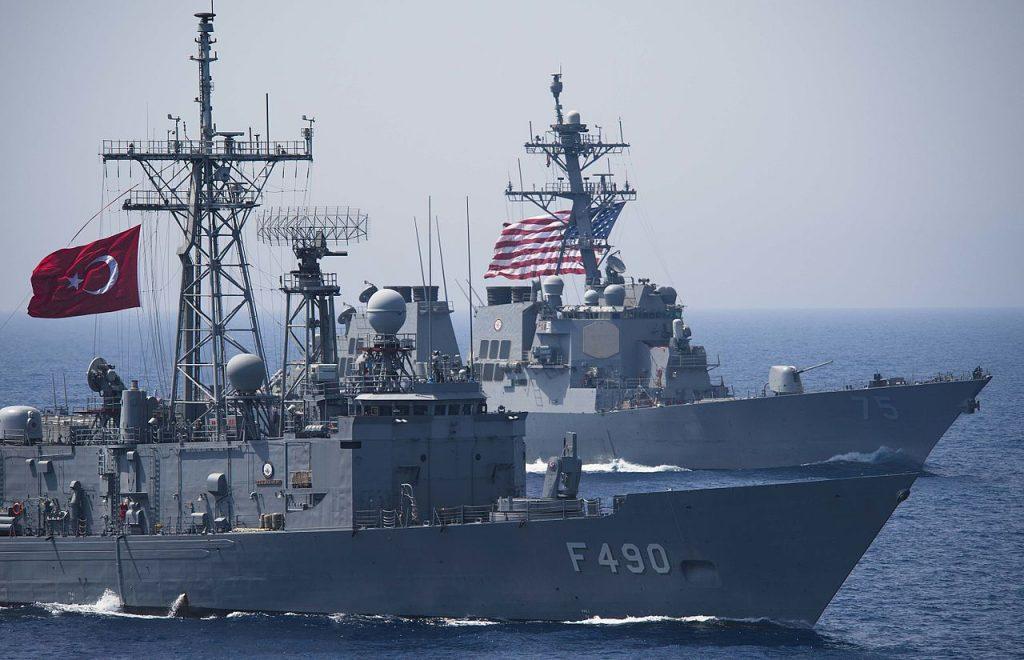 TCG Gaziantep navegando ao lado do destróier USS Donald Cook (DDG 75)