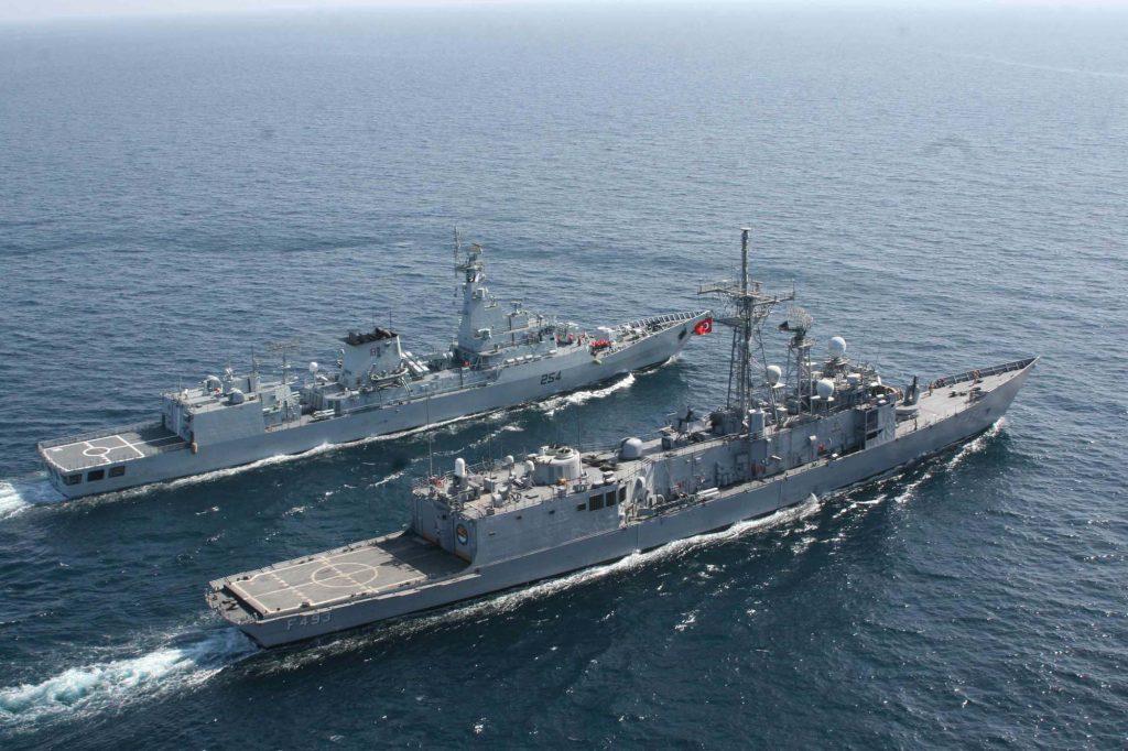 TCG Gelibolu F493 operando com fragata do Paquistão