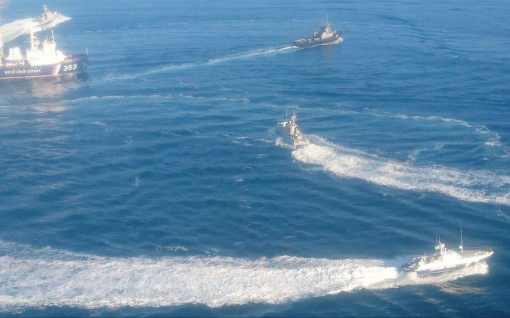 Foto feita durante o encontro entre os navios russos e ucranianos
