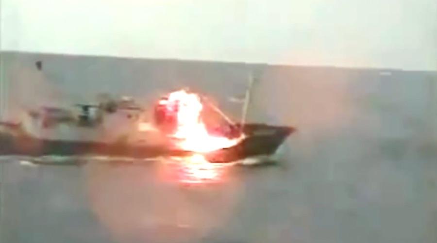 Imagem capturada de vídeo mostra barco norte-coreano sendo atingido por tiros disparados por navio da Guarda Costeira japonesa