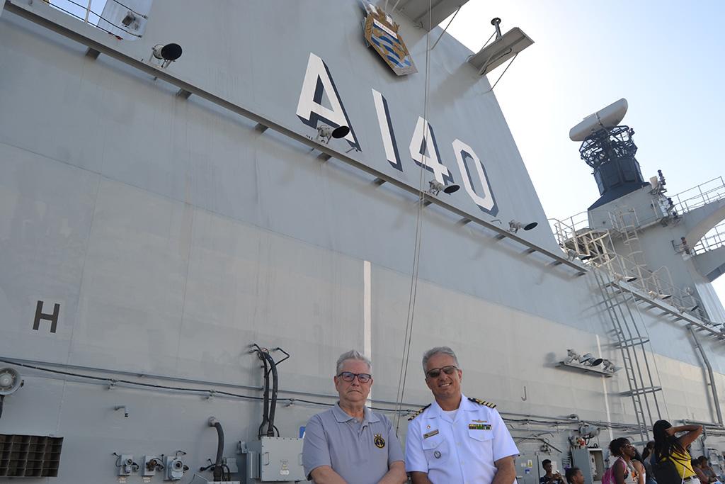 Jornalista Roberto Lopes e Comandante do PHM Atlântico, CMG Giovani Corrêa