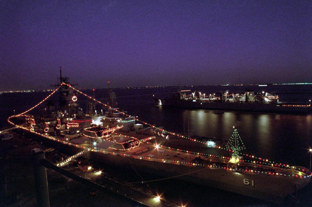 O Battleship USS Iowa (BB-61) decorado com iluminação de Natal