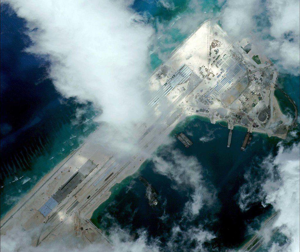 Nova pista de pouso da China construída sobre o recife Fiery Cross, no Mar da China Meridional (imagem CSIS)