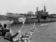 HMS Hermes deixando a Inglaterra rumo às Ilhas Falklands, em 5 de abril de 1982