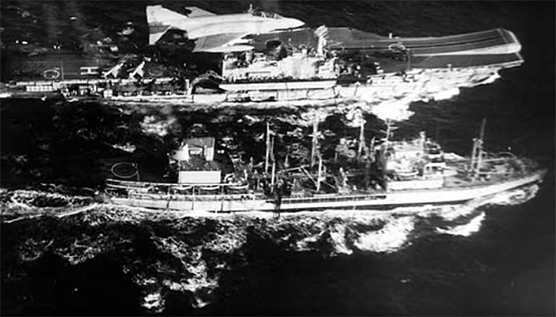 Porta-aviões HMS Hermes e navio de transporte Tidespring clicados a partir do Tu-95 de Bulbenkov