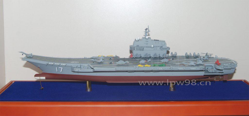 Maquete do segundo porta-aviões da PLA Navy e o primeiro construído na China (clique nas imagens para ampliar)