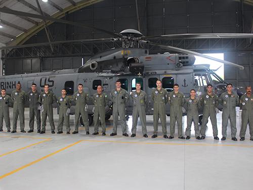 Equipe da aeronave formada por oficiais e praças
