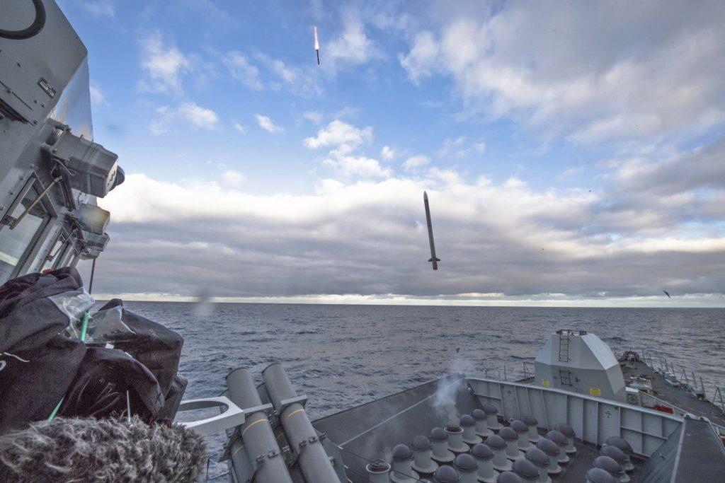 Mísseis Sea Ceptor sendo disparados de uma Type 23