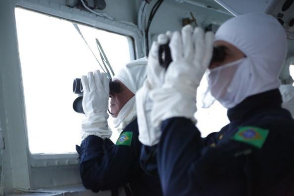 """Comandante da Marinha (à esq.) no passadiço da Fragata """"Independência"""", acompanha a operação"""