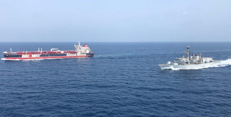 HMS Montrose escolta navios mercantes no Golfo Pérsico