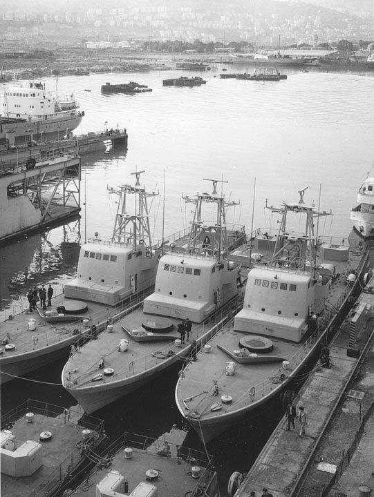 Escapando de Cherbourg, desafiando um embargo de armas francês, os navios atracados em Haifa em 1 de janeiro de 1970, após o seu percurso de 3.200 quilômetros. Lançados como barcos de patrulha, eles foram convertidos em barcos lança-mísseis em Israel. Com quase 48 metros de comprimento, os navios navegaram com uma tripulação de 5 oficiais e 30 a 35 praças