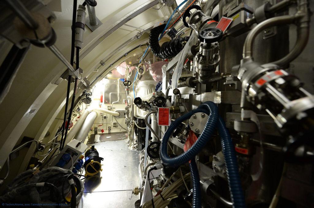 Circuitos de purificação montados na sala da caldeira nuclear