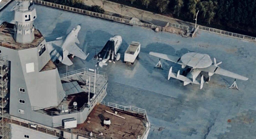 """A réplica do KJ-600 junto à do J-15 """"porta-aviões de concreto"""" da China, que funciona em terra para estudos e treinamento"""