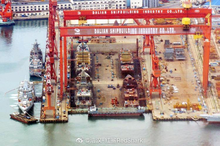 Destróieres em contrução em Dalian