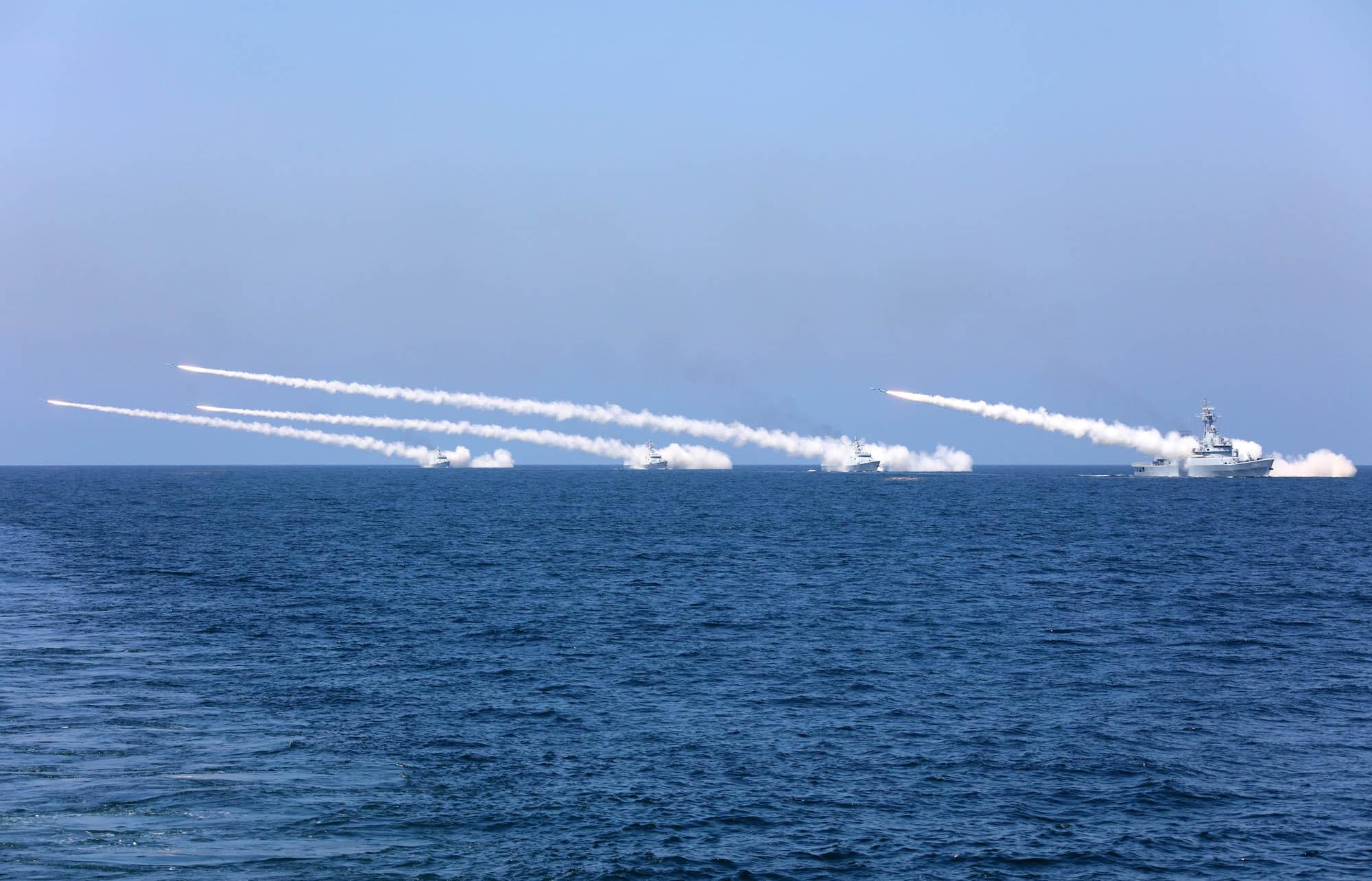Navios chineses lançando mísseis antinavio