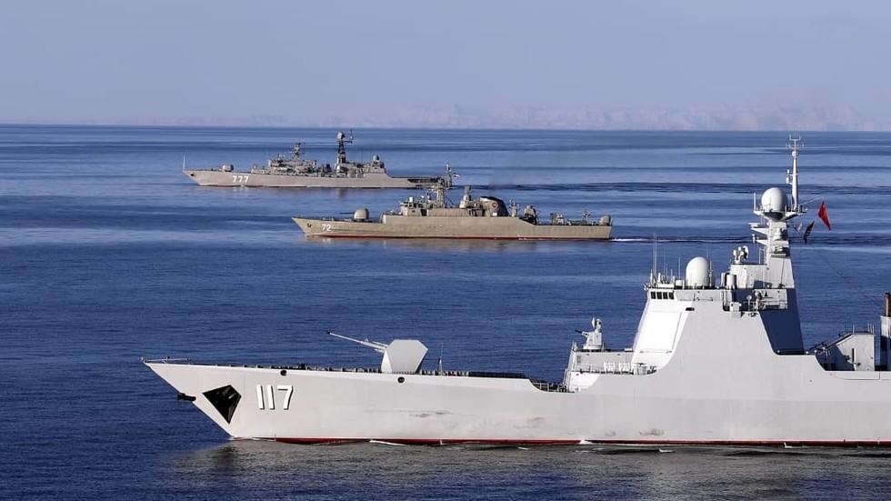 Destróier chinês Xining (117), fragata iraniana Alborz (72) e fragata russa Yaroslav Mudri (727) durante o exercício conjunto