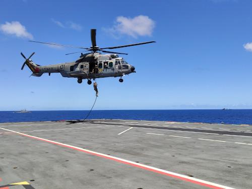"""Destacamento de Mergulhadores de Combate realiza o Fast Rope no PHM """"Atlântico"""""""