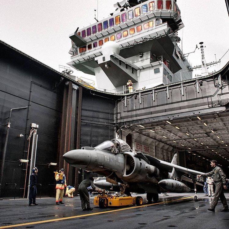 AV-8B no elevador de aeronaves do Cavour