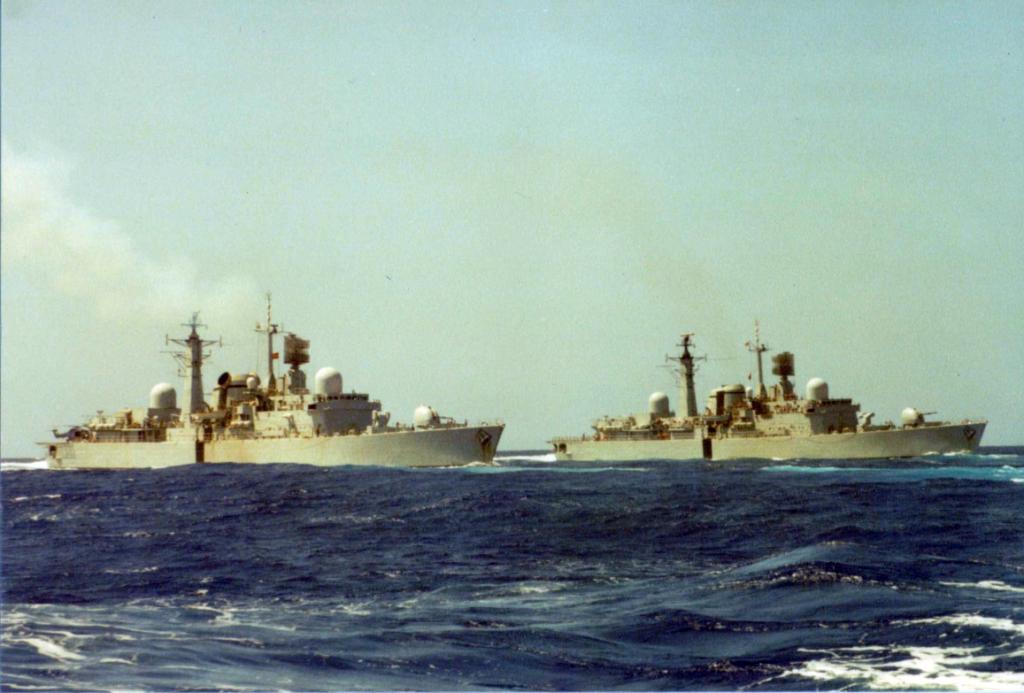 HMS Sheffield e HMS Coventry a caminho das Falklands em 1982