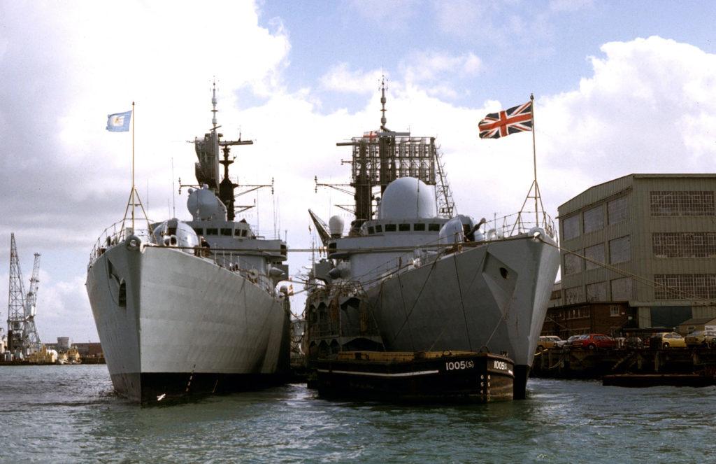 Destróieres Type 42 ARA Hércules e HMS Sheffield a contrabordo